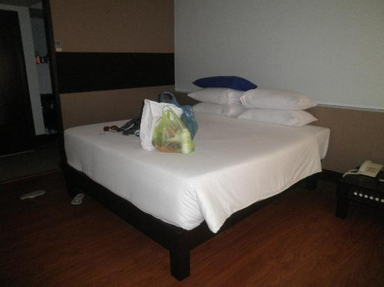 Patong Resort: King size bed