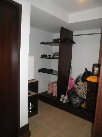 Patong Resort: Storage in room for shopping and inroom safe