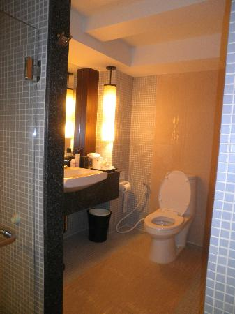 Patong Resort: toilet & vanity