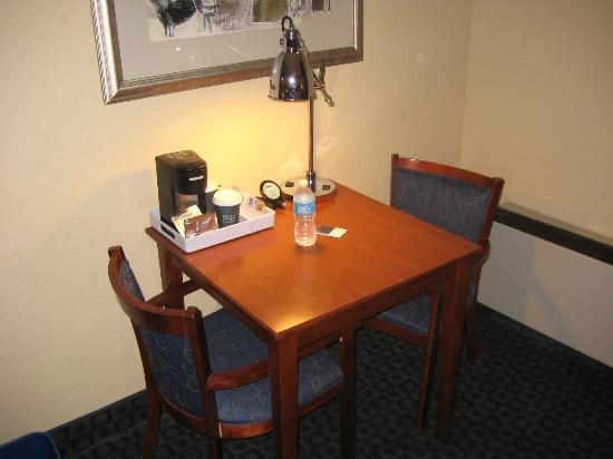 Four Points by Sheraton Tucson Airport: Very Small Desk
