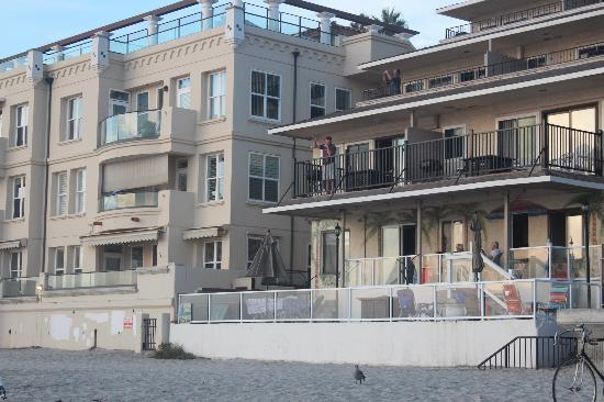 Ocean Villas: Looking at the building from the beach.