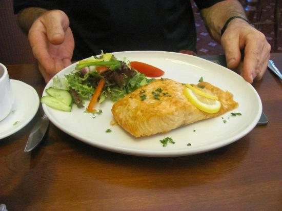 Riverside Lodge Gardens: Old Station Restaurant Salmon