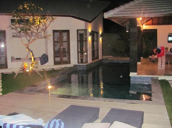 Baik Baik Villas: The pool at night
