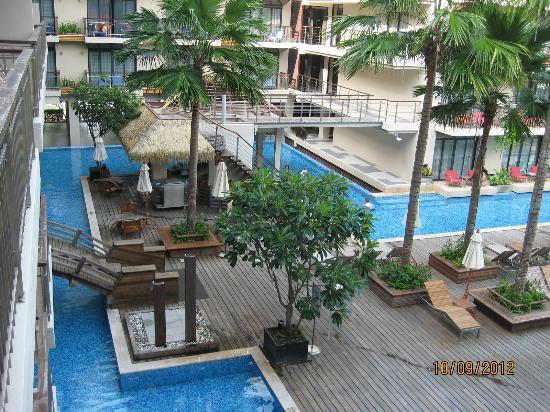 Baan Laimai Beach Resort: Pool bar to the left