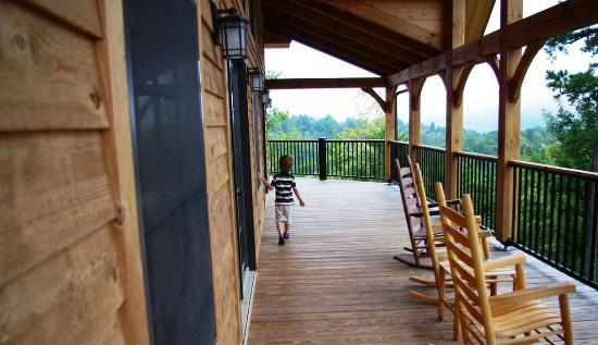 Elk Springs Resort : The big deck on the main floor