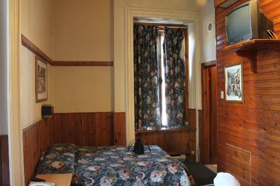 Hotel du Manoir Saint Denis: Dated room, but it did the job