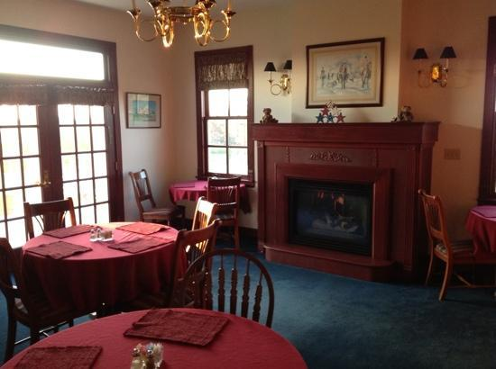 Brightwood Inn: Dining room / library