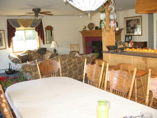 Alpine Rose Bed and Breakfast: Cozy and comfortable breakfast and living areas