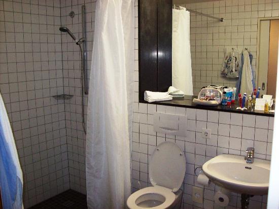 Ostseehotel Dierhagen: Dusche WC und Waschbecken