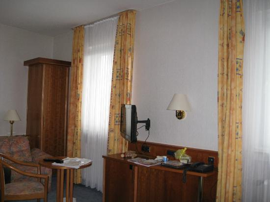 Hotel Ilbertz: Room view - sofa and closet and small TV
