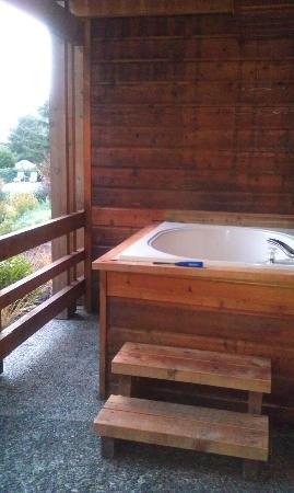 Tu Tu Tun Lodge: Soaking tub on our deck