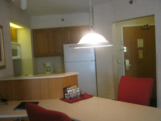 Residence Inn Rochester West/Greece: Kitchen/Dining Area