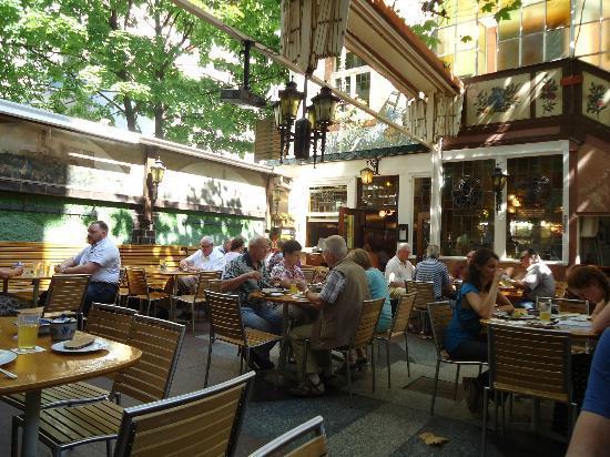Zum Gemalten Haus: 中庭のテーブル
