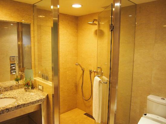 The Landis Taipei : Bathroom with bath tub and shower