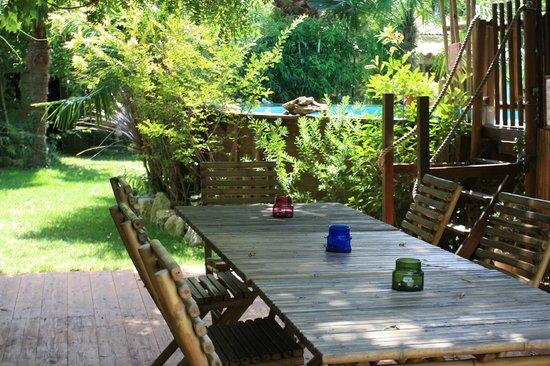 L'îlot Bambou : terrasse près de la piscine