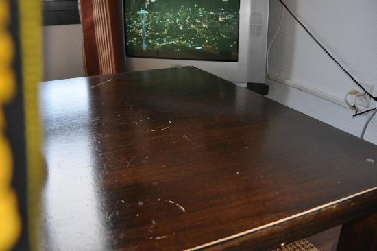 Art Deco Hotel Dellago: schütterer Clubtisch mit altem TV