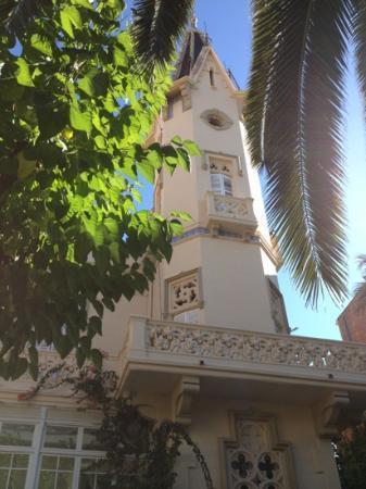 Hotel El Xalet: Blick von der Terrasse auf El Xalet mit Turm.