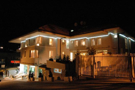 Hotel Hecco: Exterior at night
