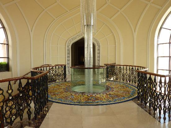 Un Couloir Avec Son Tapis Et Son Escalier Magnifiques Picture Of