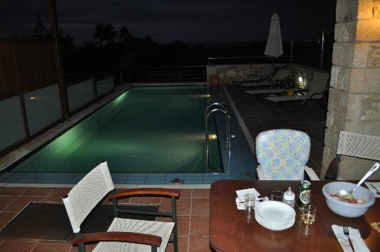 Corali Villas: piscina di sera