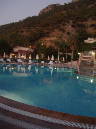 Oludeniz Resort by Z'Hotels: main pool in evening