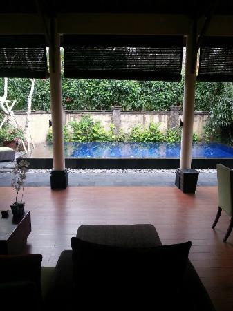 Kamuela Villas and Suite Sanur: Private pool view from Living & Dinning room