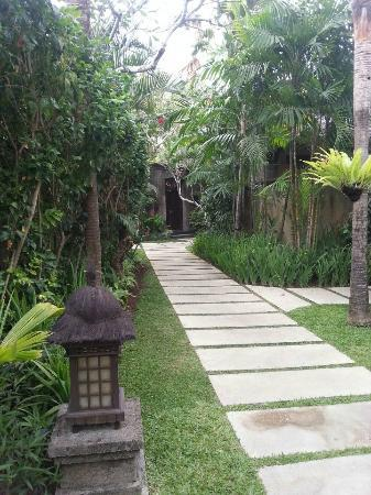 Kamuela Villas and Suite Sanur: Walk path to villa