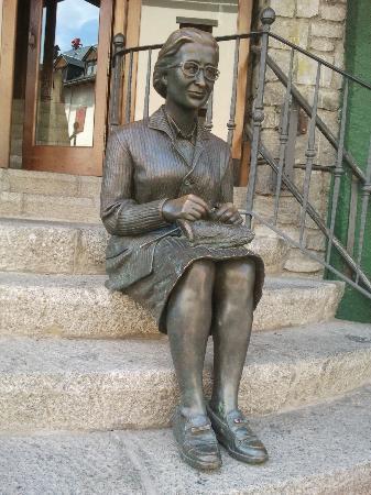 Hotel Aran La Abuela: Statue at the entrance
