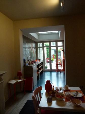 B&B Mamuse: la zona cucina e poi l'esterno visto dai tavolini della colazione