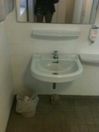 Novum Hotel Lichtburg am Kurfürstendamm: Bad im Keller, wenn man im Speisesaal sitzt, ist dieses Bad zu benutzen