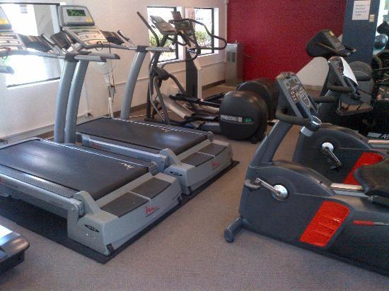 Crowne Plaza Hotel Canberra: gym has plenty of equipment