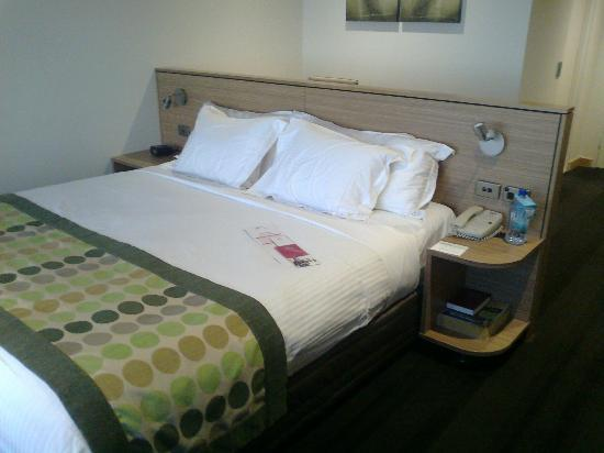Crowne Plaza Hotel Canberra: bed