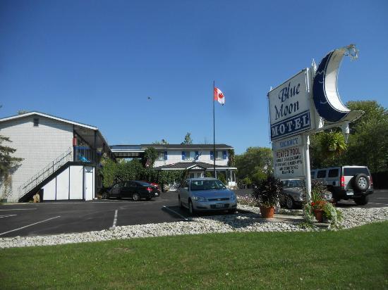 Blue Moon Motel: View of Motel
