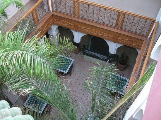 Riad-Amya : La cour intérieur, pouvant être couverte en quelques secondes en cas de pluie... Si si, ça arriv