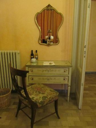 Hotel Orto De Medici : Chair and desk in room