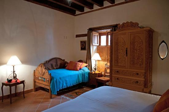 Villa Victoria: Another view, large bedroom, single and king beds