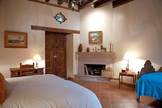 Villa Victoria: Large bedroom with king and extra bed