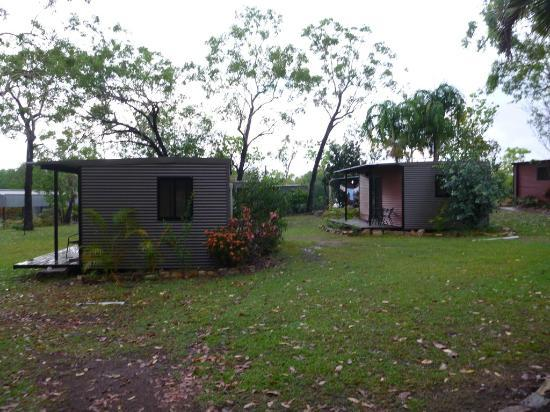 Mary River Wilderness Retreat & Caravan Park: Cabins well spaced apart for privacy but blinds could be thicker LOL