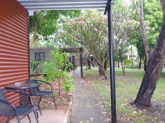 Mary River Wilderness Retreat & Caravan Park: Cabins staggered so you don't see each other sitting on the verandahs.
