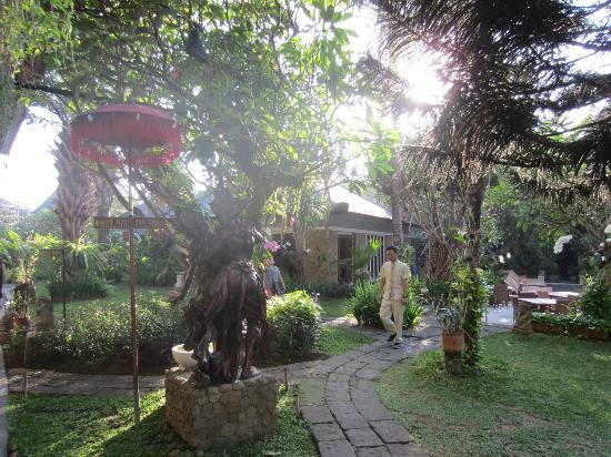 Ramayana Resort & Spa: Garden area