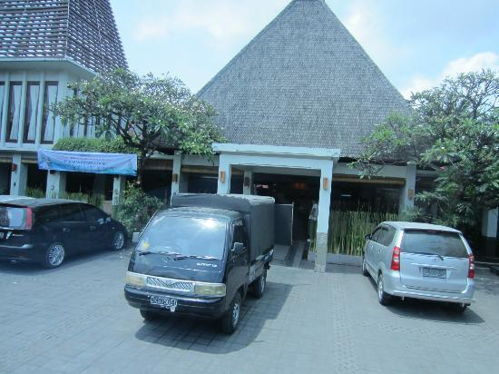 Ramayana Resort & Spa: Hotel main entrance view