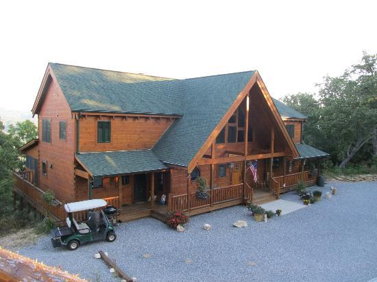 Chilhowee Mountain Retreat: Picture perfect! The main house from the Forest View room.