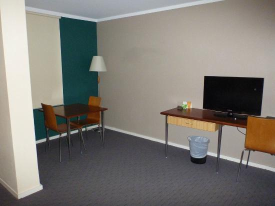 Ocean Beach Hotel: Desk and TV in Room 108