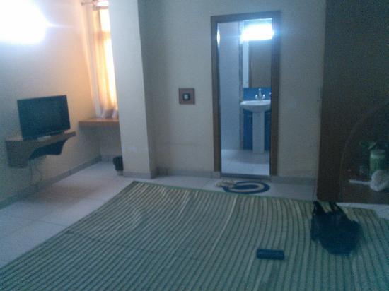 Hotel Alpine : Nice large bedroom with clean bathroom
