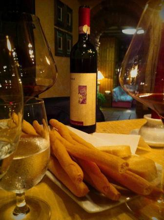 Ristorante Olimpia : una ripresa del locale con l'ottimo vino scelto