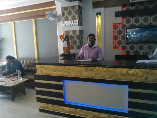 Hotel Alpine: Reception area