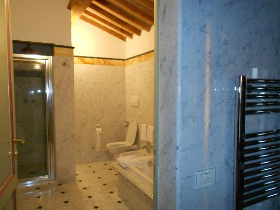 Agriturismo Il Castagno: baño habitacion raffaelo