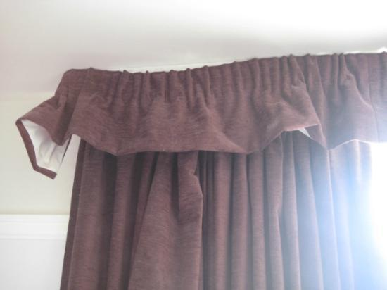 Innkeeper's Lodge Hornchurch: Room curtains starting to hang off.