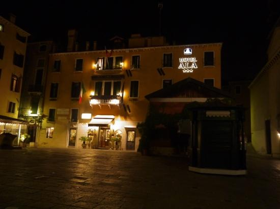 Hotel Ala - Historical Places of Italy: 夜の正面玄関
