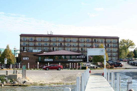 Harbor Shores on Lake Geneva: Front of the hotel and Gino's East